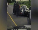 """Kỳ lạ video nữ cảnh sát Canada chặn xe """"người dơi"""" trên phố"""