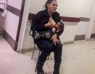 Nữ cảnh sát anh hùng vạch áo cho em bé xa lạ bú khi đang làm nhiệm vụ