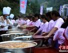 Hàng chục nghìn khách Trung Quốc đổ xô đi ăn tiệc giá rẻ từ sáng sớm đến tối mịt