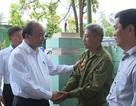 Thủ tướng thăm và tặng quà cán bộ lão thành, gia đình chính sách tại Quảng Bình