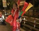 Chuyện lạ trong đêm vui tuyển Olympic thắng Syria: Cờ quạt ế ẩm đầy đường