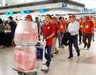 Hàng trăm cổ động viên rợp cờ đỏ, băng rôn sang Indonesia cổ vũ bóng đá