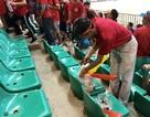 Cổ động viên Việt Nam ở lại sân nhặt rác sau trận thua của đội Olympic