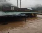 Nước lũ nhấn chìm nhiều ngôi nhà, cuốn trôi nhiều tài sản