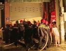 Phá cửa cuốn, cứu sống 5 người mắc kẹt trong ngôi nhà cháy