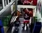 """Sốc: Khoảnh khắc 2 cha con suýt bị thang cuốn """"nuốt chửng"""""""