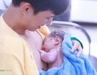 """""""Lỗi nhịp"""" với khoảnh khắc """"da kề da"""" giữa bố và bé sơ sinh"""
