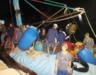 Tàu chìm, 10 ngư dân ôm can nhựa, cây gỗ chờ được cứu