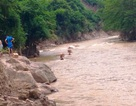 Vượt suối sâu mang hàng cứu trợ đến xã biên giới bị chia cắt