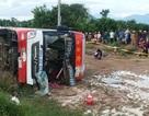 """Xe giường nằm """"bay"""" xuống ruộng, 29 hành khách thoát chết"""