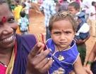 Kinh dị lễ hội ở Ấn Độ cho bọ cạp trèo lên mặt trẻ em