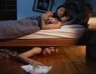 """Trốn 14 giờ dưới gầm giường vì bạn trai của nhân tình về nhà ngay """"giữa hiệp"""""""
