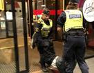 Thực hư việc du khách Trung Quốc bị cảnh sát Thụy Điển lôi ra khỏi khách sạn chở ra nghĩa địa?