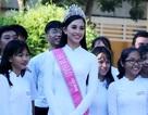 Hoa hậu Trần Tiểu Vy về thăm trường cũ, tặng quà các học sinh xuất sắc