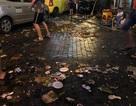 """Ông Tây một mình dọn rác phố cổ đến 2 giờ sáng gây """"sốt"""" mạng"""