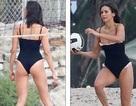 Nina Dobrev mặc áo tắm chơi bóng chuyền