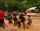 Bộ đội biên phòng cõng hàng trăm người dân vượt dòng lũ dữ