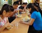 Rớt nước mắt với bát mì tôm ăn vội của giáo viên miền núi sau lễ khai giảng