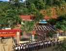 """Hàng trăm học sinh đi khai giảng nhờ vì trường bị lũ """"xóa sổ"""""""