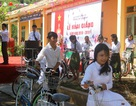 Phu nhân cố Tổng Bí thư Lê Duẩn tặng xe đạp cho học sinh nghèo nhân ngày khai giảng