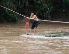 Thêm clip học sinh chui túi nilon qua dòng nước lũ tại Điện Biên