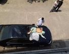 Bệnh nhân rơi từ tầng cao bệnh viện xuống nóc xe ô tô