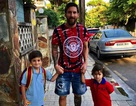 Messi gây xúc động mạnh với hình ảnh dắt tay con đi tới trường