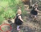 """Xem lại ảnh con gái nhỏ đang chơi đùa, mẹ kinh hãi phát hiện """"thần chết"""" ở sát bên"""