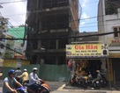 TPHCM: Thanh ván công trình rơi từ tầng 7, đâm xuyên nhà hàng xóm