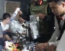 Cảnh sát đột kích quán bar gom gần trăm khách chơi dương tính với ma túy