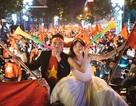 """Ảnh cưới """"trăm năm có một"""" hòa chung không khí chiến thắng của U23 Việt Nam"""