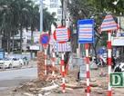Vì sao hàng loạt biển báo trên phố Hà Nội bất ngờ được... bịt kín?