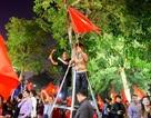 Cổ động viên trèo cây, leo bốt điện… ăn mừng chiến thắng của U23 Việt Nam