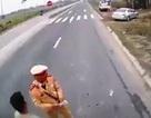 Xác minh clip người mặc quân phục CSGT dẫm lên vật nghi là tiền trên quốc lộ