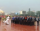 Thủ tướng dâng hoa tưởng niệm tại Tượng đài cha con Bác Hồ