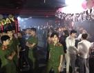 """Cảnh sát """"đột kích"""" quán bar trung tâm Sài Gòn, 200 dân chơi nhốn nháo"""