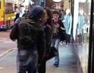 """Quách Phú Thành say đắm """"khóa môi"""" vợ trẻ trên phố"""
