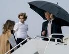 Tổng thống Trump che ô một mình, phu nhân và con trai đầu trần