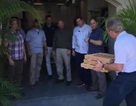 Cựu Tổng thống Bush đích thân giao pizza cho các nhân viên Mật vụ bị nợ lương