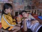 Mẹ bỏ đi, cha gặp tai nạn nằm liệt giường, bé 9 tuổi mịt mờ tương lai