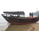 """Tàu """"lạ"""" không người lái trôi dạt vào bờ biển Hà Tĩnh"""