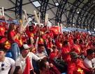 """Cổ động viên Việt Nam """"nhuộm đỏ"""" sân Al Maktoum"""
