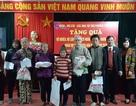 Báo Dân trí tặng 30 suất quà Tết đến các hoàn cảnh khó khăn phường Cầu Dền