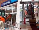 Bị nợ lương, công nhân lái máy xúc phá hủy khách sạn mới xây