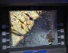 Nam thanh niên bất ngờ đập vỡ nát màn hình máy ATM