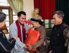 MC Cư sĩ Tịnh Khoa cùng Giáo sư sử học Lê Văn Lan thăm gia đình nghèo ở Hà Nam