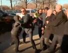 """Người biểu tình """"vây"""" xe Phó Thủ tướng Trung Quốc tới Mỹ đàm phán thương mại"""