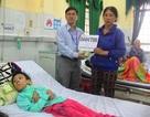 Trao tiếp 54 triệu đến cô gái đang chết mòn vì bại não ở Bình Định