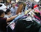 """Khách Tây """"vui như Tết"""" khi mua hàng giảm giá ở phố cổ Hà Nội"""