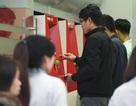 Hà Nội: Công nhân vất vả xếp hàng chờ rút tiền ở cây ATM